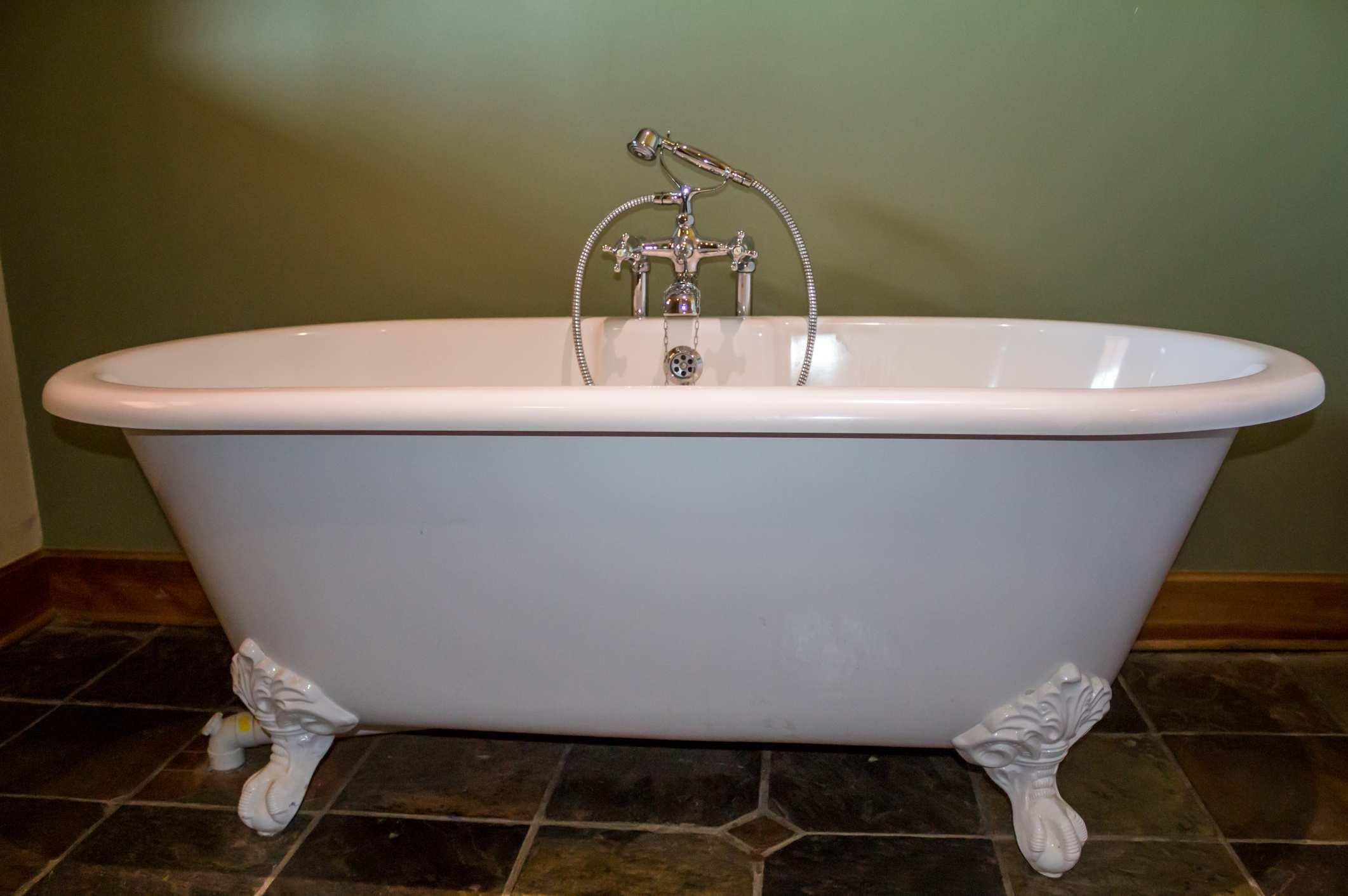 Comment Nettoyer Une Baignoire En Fonte Émaillée comment changer sa baignoire en fonte émaillée ? - bricofamily