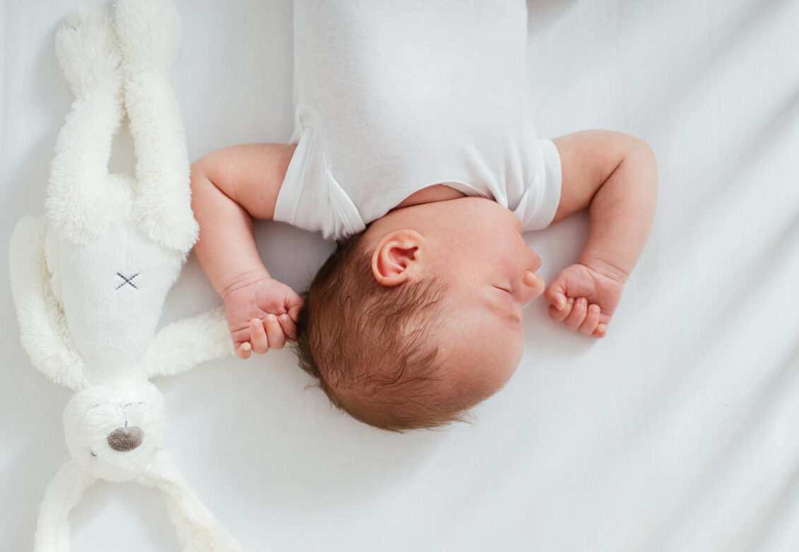 Un bébé dans son berceau