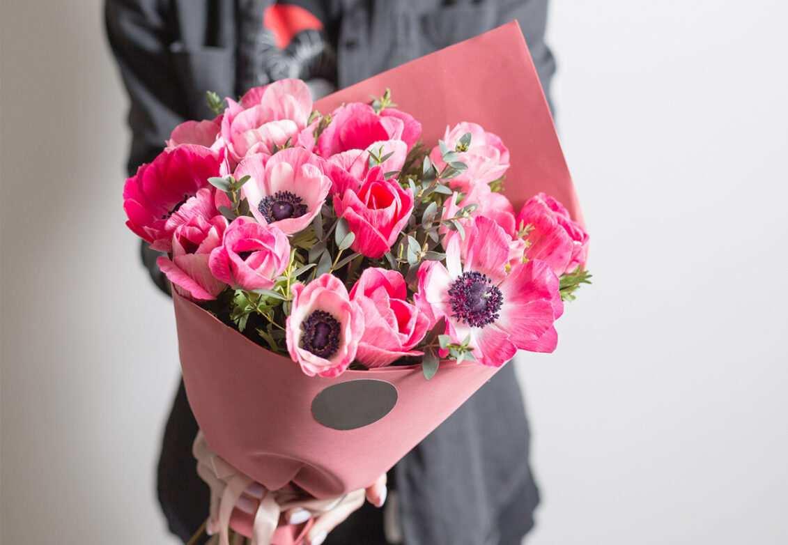 Un bouquet d'anémones roses