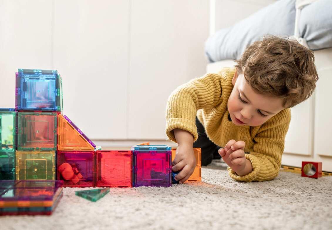 Un enfant joue sur la moquette de sa chambre