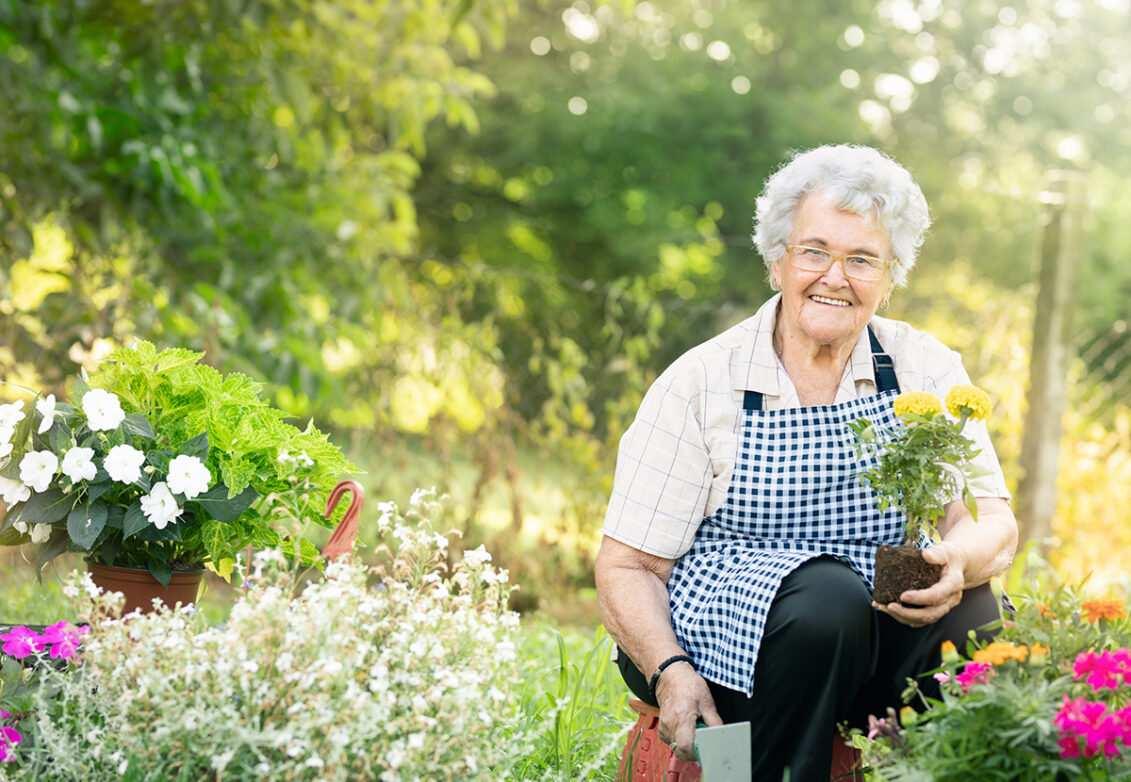 Une grand-mère dans son jardin