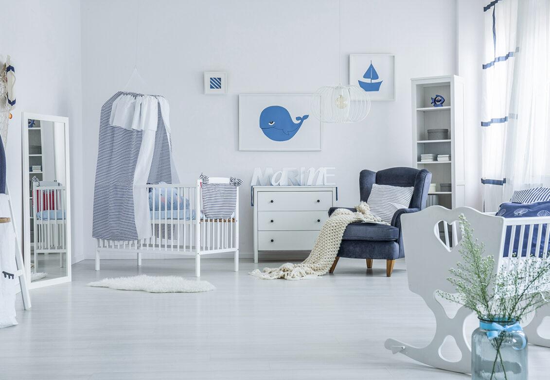 Une chambre d'enfant décorée dans la thématique de la mer
