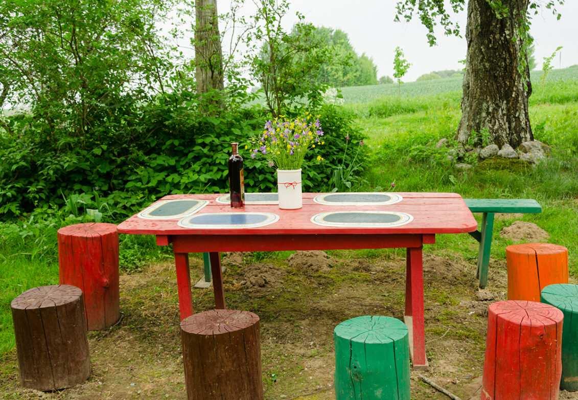 Une table en bois et des tabourets en souches d'arbres