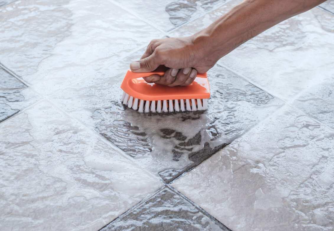 Laver le carrelage avant de le repeindre