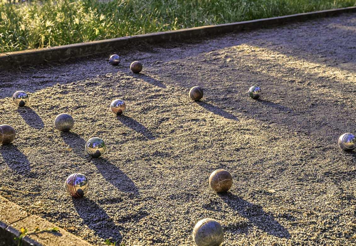 Un terrain de pétanque dans un jardin