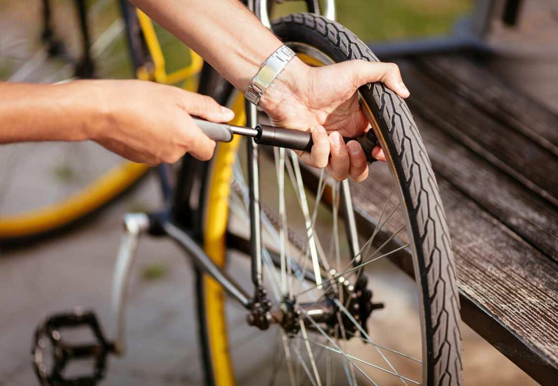 Quelqu'un qui regonfle ses pneus de vélo
