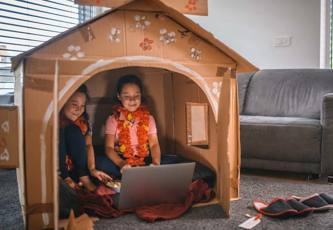 Deux petites filles dans une cabane en carton
