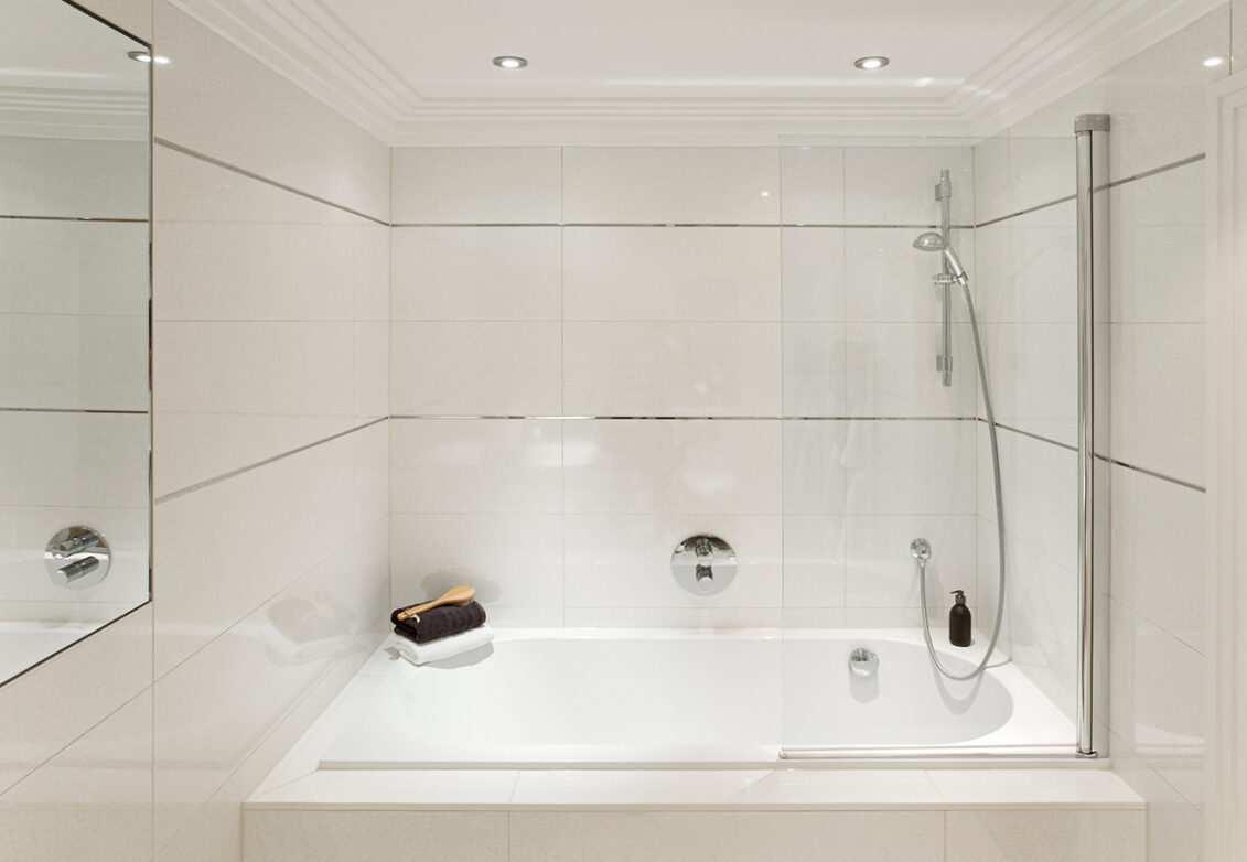 Une baignoire-douche combinée
