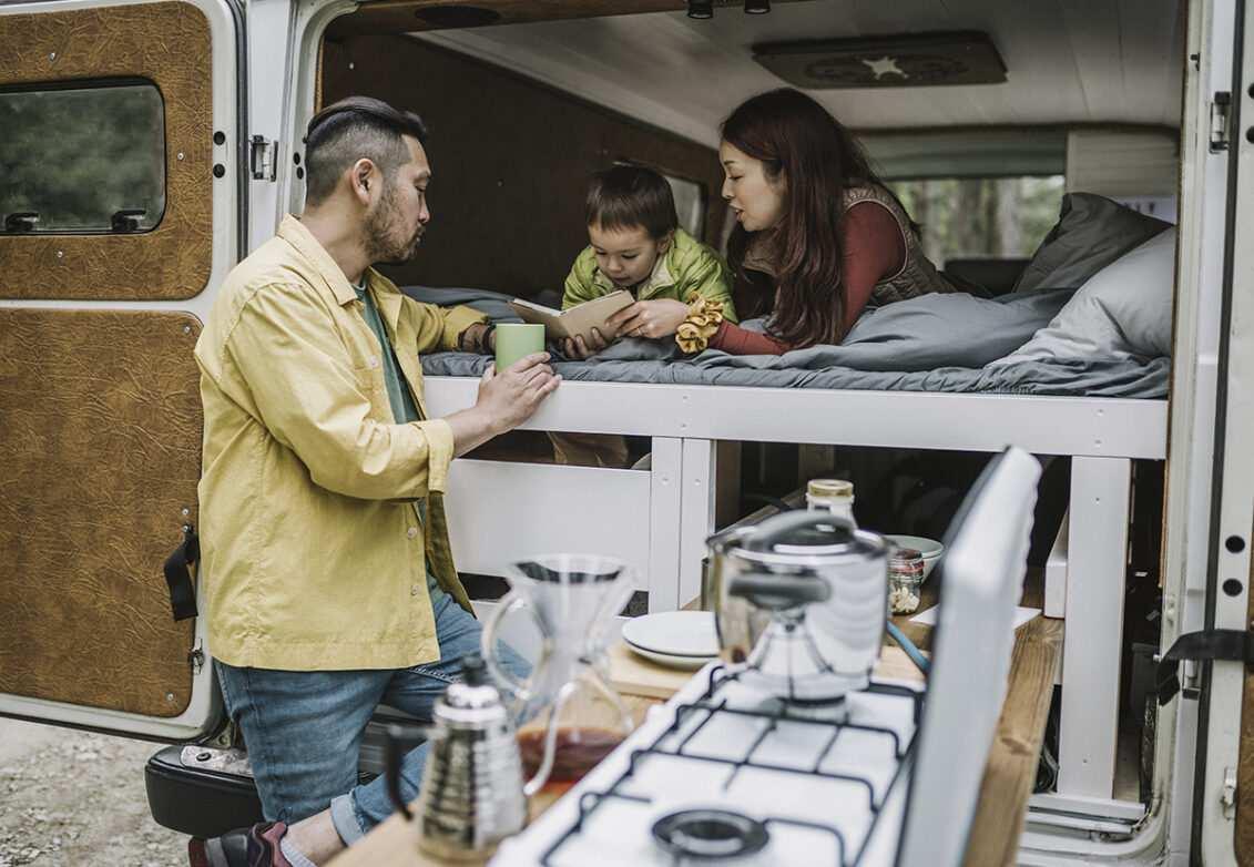 Une famille installée dans un van aménagé