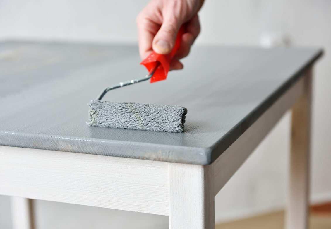 Peindre une table en bois