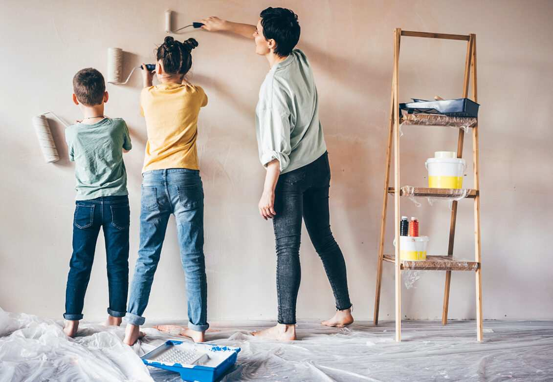 Une famille en train de repeindre un mur