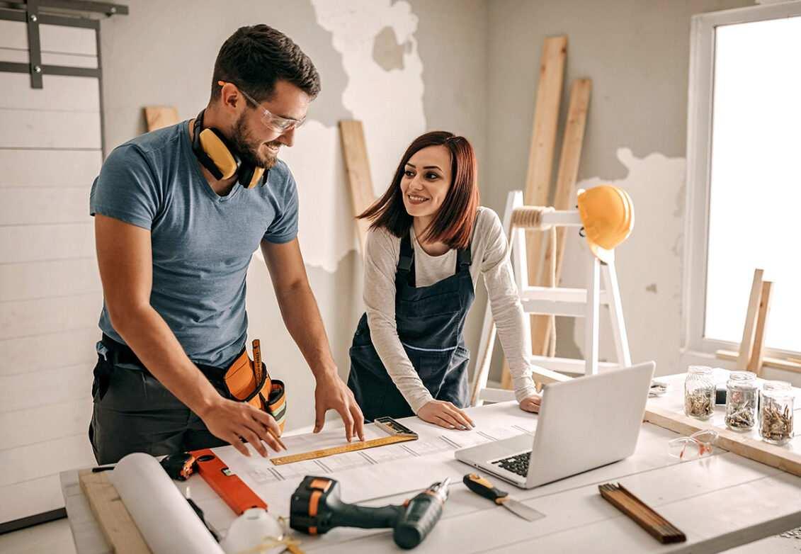Un couple travaille sur des plans pour agrandir leur maison
