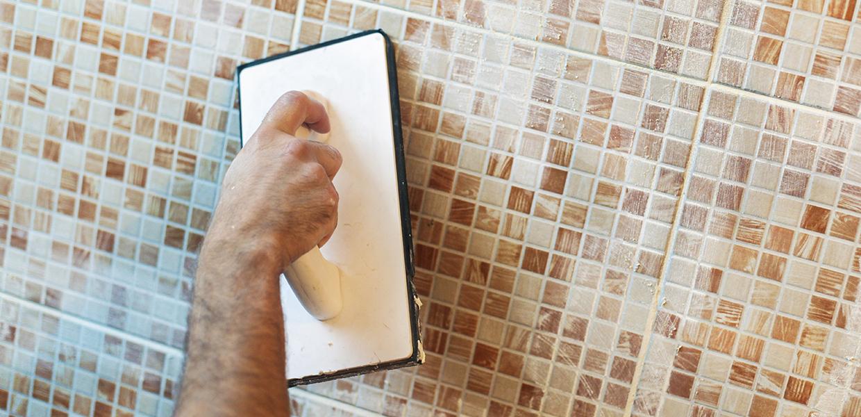 Posez votre mosaïque à l'aide d'une taloche