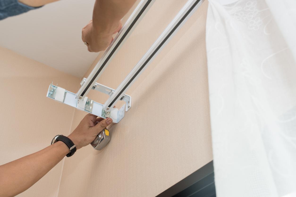 Plusieurs étapes sont indispensables pour accrocher une tringle à rideaux