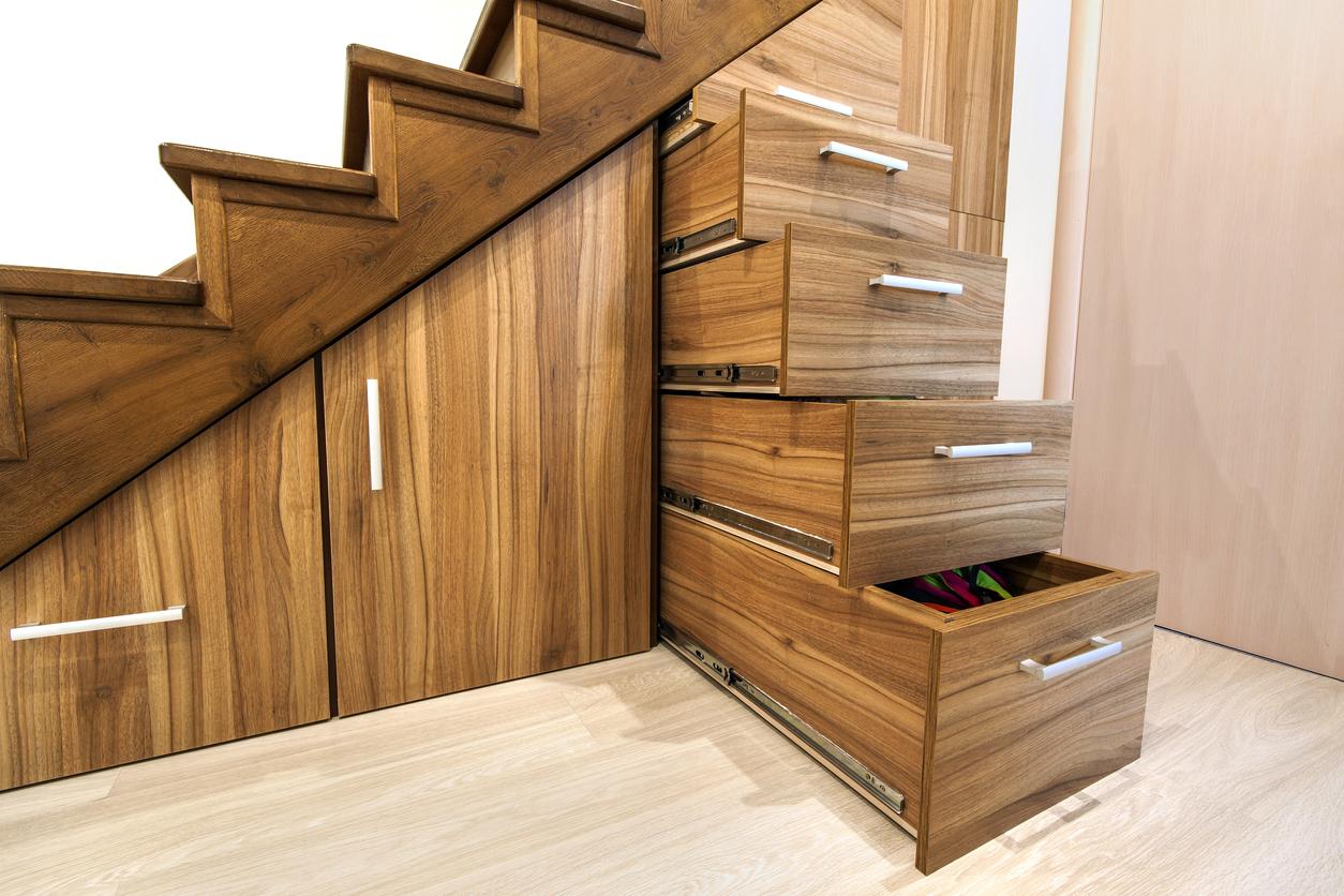 Aménagez l'espace sous votre escalier avec des rangements sur mesure