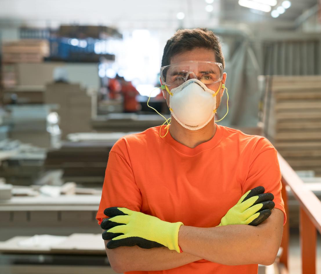 Une combinaison de travail, un pantalon multipoche, des chaussures de sécurité ou encore un masque de protection. Faites le point sur la bonne tenue de bricolage !