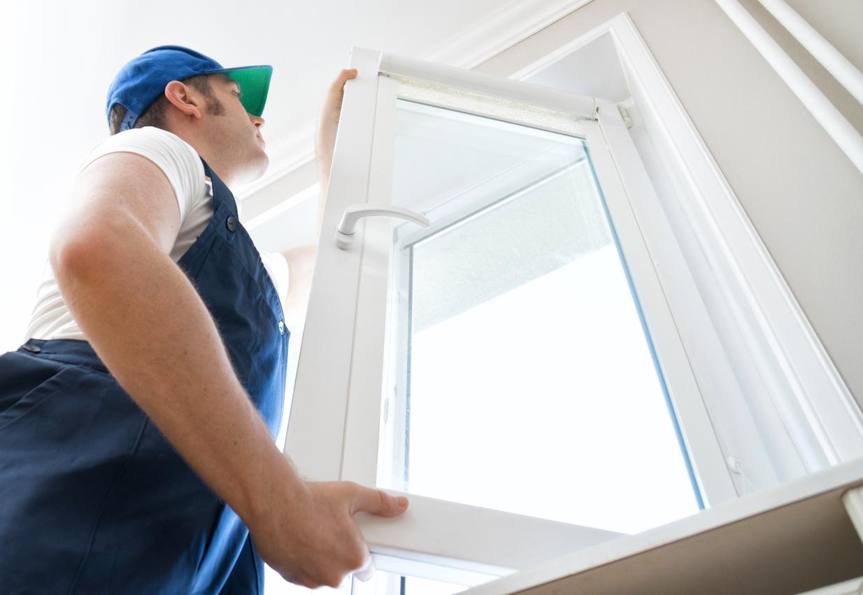 Un professionnel change une fenêtre pour insonoriser une pièce