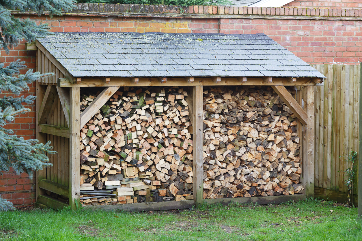 Protégez votre bois de l'humidité si vous le stockez à l'extérieur