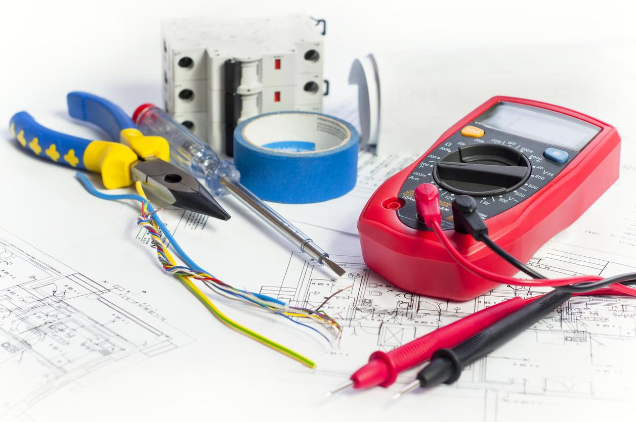 Des ciseaux pour couper les fils, un voltmètre, un tournevis: vous êtes fin prêt!