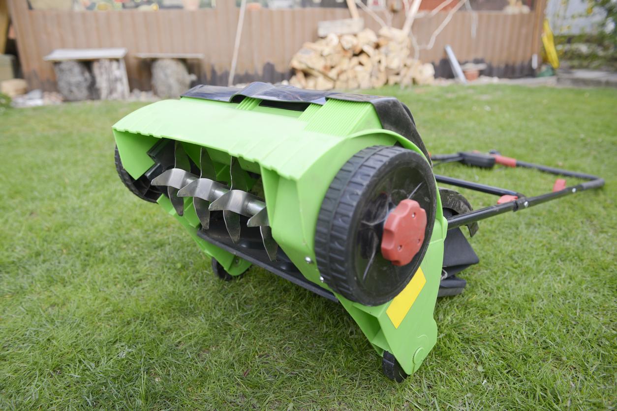 Zoom sur un scarificateur de pelouse